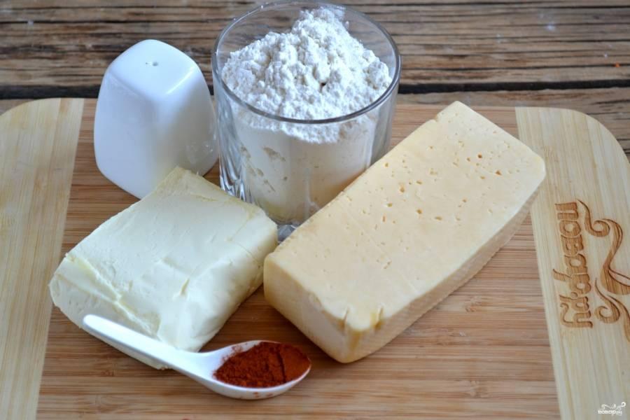 Подготовьте все необходимые для приготовления сырного печенья ингредиенты.