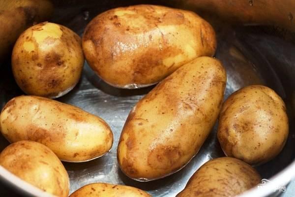 Чисткой картофеля мы утруждать себя не будем, поэтому необходимо хорошенько помыть картофель, потереть его щеточкой. Затем заливаем картофель холодной водой и варим 10 минут после закипания (стало быть, до полуготовности). Воду после этого сливаем.
