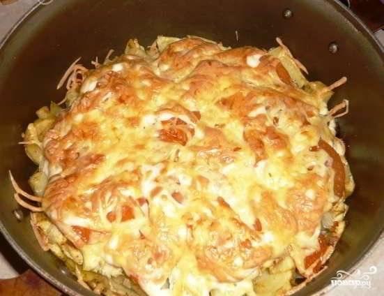 Наша курица по-французски с картошкой готова, и теперь ее можно подавать на стол. Приятного всем аппетита!