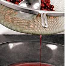 Клюкву хорошенько промыть, обсушить и протереть через сито. Сок отложить. В клюквенные выжимки влить 2 стакана холодной воды, поставить на плиту и вскипятить. Убавить огонь, засыпать сахар и варить 5 минут. Сцедить отвар в чистую кастрюлю.