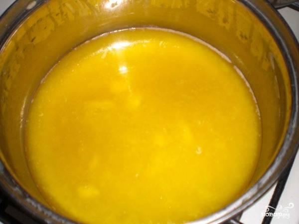 Масло растапливаем. Можно использовать масло комнатной температуры, но мне больше нравится месить тесто с растопленным маслом.