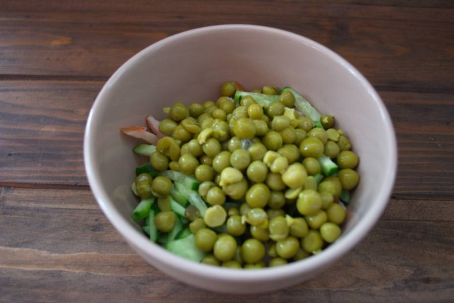 Откройте банку горошка и слейте воду. Сам горох кладем в салат.