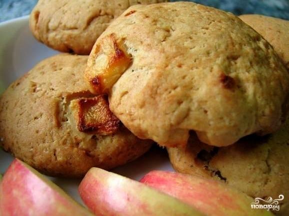 Готовое печенье слегка остудим. Теплое, мягкое, ароматное печенье из яблок с домашним компотом, крепким чаем или кофе - это просто сказка! Попробуйте!