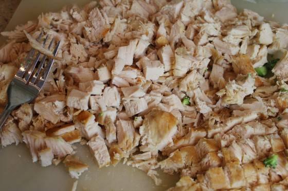 1. Итак, ставим на огонь в кастрюле с водой куриное филе, доводим до кипения 2 стакана воды для риса и еще одну кастрюлю с водой для брокколи. Куриное филе варится минут 20-25. Выбираем и нарезаем небольшими кубиками.