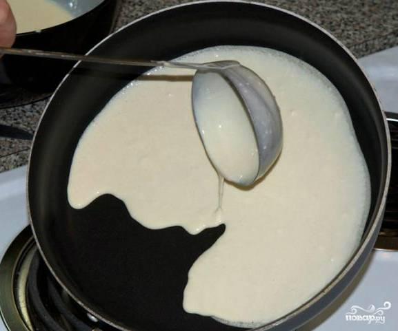 Нагреваем сковороду. Лучше, по возможности, взять хотя бы 2 сковородки. Так процесс ускорится вдвое. Нагреваем их хорошенько. Берем сковородку в руки и наливаем из половника тесто под наклоном, чтобы все равномерно растеклось по поверхности.