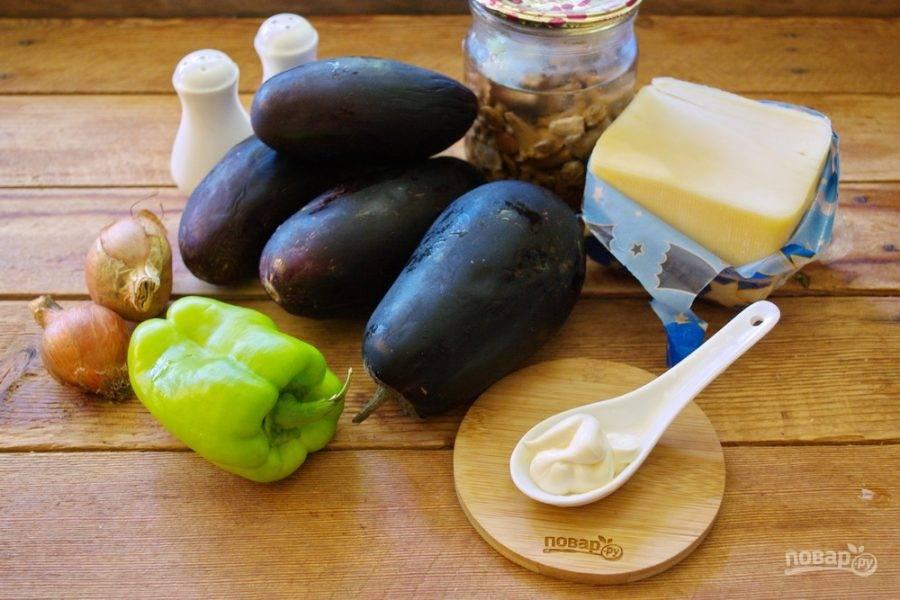 Для приготовления блюда возьмите баклажаны, репчатый лук, болгарский перец, твердый сыр, лисички маринованные, специи, майонез и соль.
