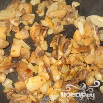 3.Режем кубиками шампиньоны и лук. По вкусу поперчив и посолив,  на растительном масле  обжариваем до готовности шампиньоны с луком.