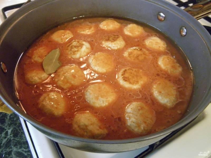 Разведите в воде томатную пасту, добавьте соль и специи, лавровый лист и муку. Залейте томатно-мучной смесью тефтели. Доведите до кипения. Тушите под крышкой на очень маленьком огне 30-35 минут до готовности риса и мяса. Если хотите получить больше подливы, увеличьте количество воды.