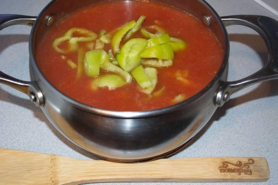 Добавьте крупно нарезанный лук, болгарский перец (без семян) и немного жгучего острого красного перца.