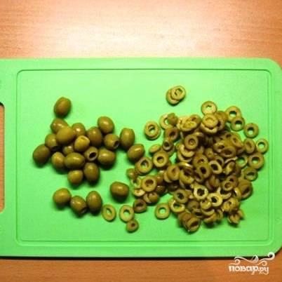 Оливки нарезать тонкими колечками.