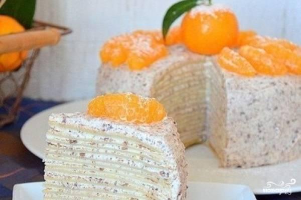 8.Готовый торт отправляем в холодильник минимум на пять часов, лучше на целую ночь. Перед подачей украшаем торт дольками мандарина (орехами, шоколадом, ягодами).