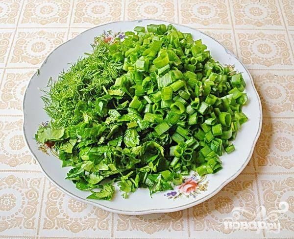 4.Теперь займемся зеленью. Тщательно ее промываем, так же воде даем стечь, и  мелко-мелко нарезаем.