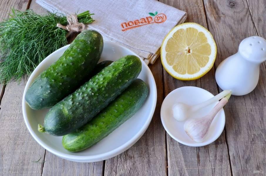 Подготовьте продукты, огурчики и зелень хорошенько вымойте, чеснок очистите, понадобится всего пара зубчиков.