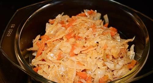 2. Делаем начинку. На растительном масле обжарим измельченный лук до золотистого цвета, потом добавим капусту и томатную пасту. Солим, перчим, добавим приправы. Тушим до того момента, когда капуста уже станет мягкой и прозрачной, но все же будет немного хрустеть. Снимаем с огня и остужаем.