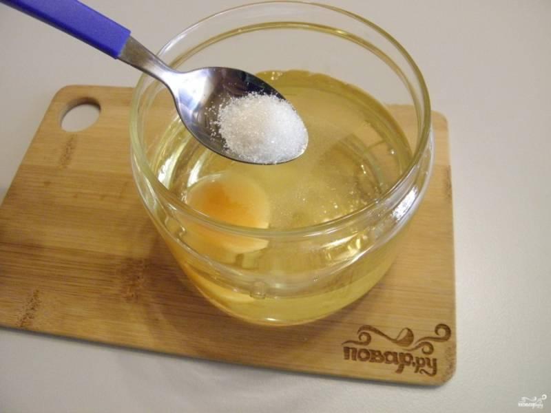 В чашу блендера вбейте яйцо и налейте масло. Моя чаша лопнула, поэтому майонез делаю сразу в стеклянной банке. Добавьте пару щепоток соли и сахара.