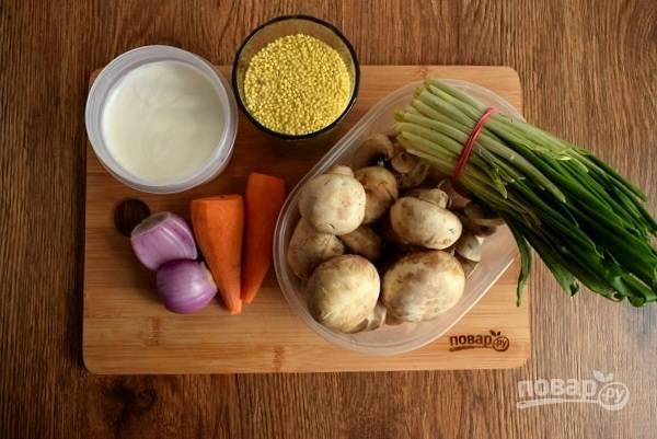 Подготовьте необходимые продукты. Овощи и грибы помойте и очистите.