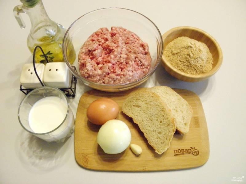 Подготовьте продукты для котлет. Фарш можно купить готовый или приготовить дома самостоятельно. Для фарша понадобится жирный кусочек свинины и говядины в равных пропорциях.