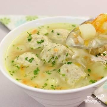 5. Посолите суп и варите в течение 15 минут. За 5 минут до готовности добавьте лавровый лист. Готовый суп с фрикадельками можно украсить рубленой зеленью. Приятного аппетита!