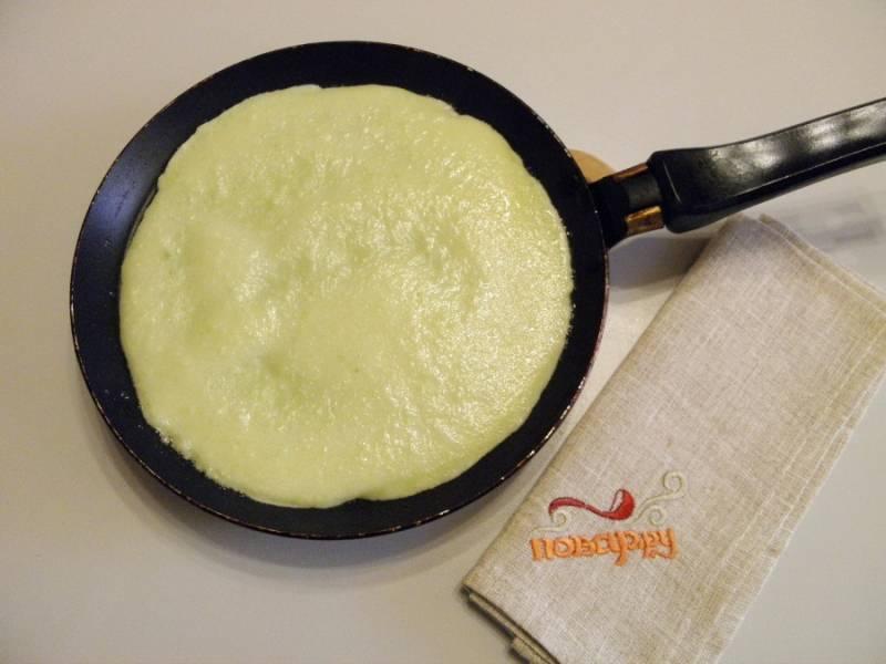 6. Смажьте силиконовой кисточкой с маслом сковороду. Хорошо разогрейте её. Наливайте тесто, поворотом ручки сковороды регулируйте, чтобы оно равномерно растекалось. Жарьте на медленном огне, переворачивайте лопаткой.