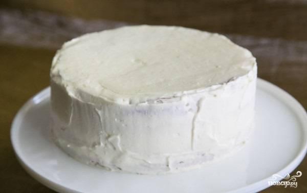 15. Остатки крема выложите на торт, промажьте им как следует верх и бока будущего десерта.