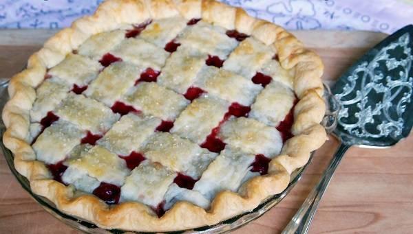 14. Отправить пирог в разогретую духовку и выпекать около 45 минут до готовности.