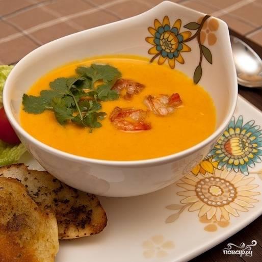 Разливаем суп по тарелочкам, в каждую кладем немного креветок и чеснока, украшаем зеленью и подаем с только что обжаренными гренками. Приятного аппетита! :)