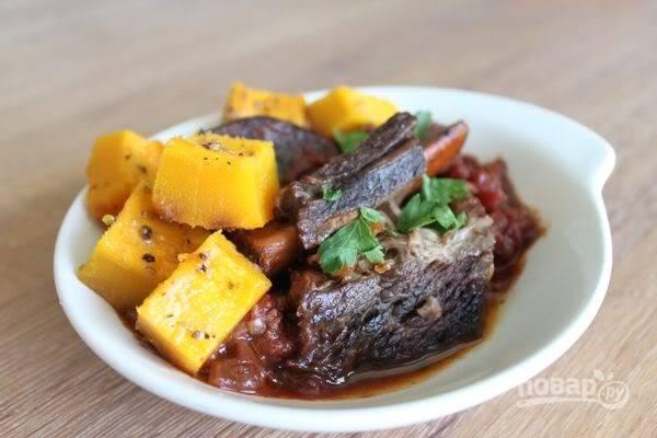 Когда и тыква, и мясо будут готовы, подавайте их к столу, присыпав свежей петрушкой и полив соусом, который остался при запекании мяса.