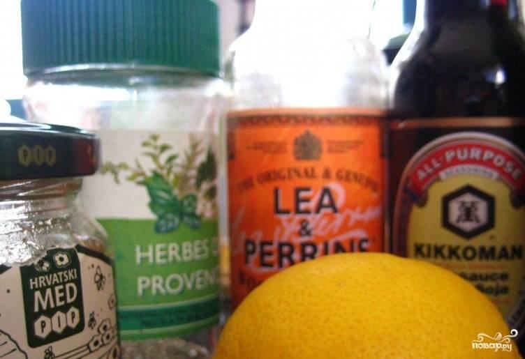 Из оливкового масла, зелени, горчицы, меда, лимонного сока и пряностей делаем маринад.