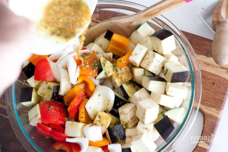 3. Нарежьте кубиками перец, баклажан, лук — кольцами.