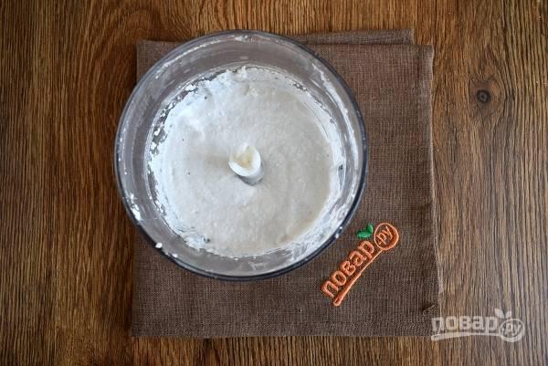 Молоко, сахар и кардамон поставьте на огонь и доведите до кипения. Слейте воду с риса, оставив пару столовых ложек. Измельчите рис с помощью блендера до состояния пасты.