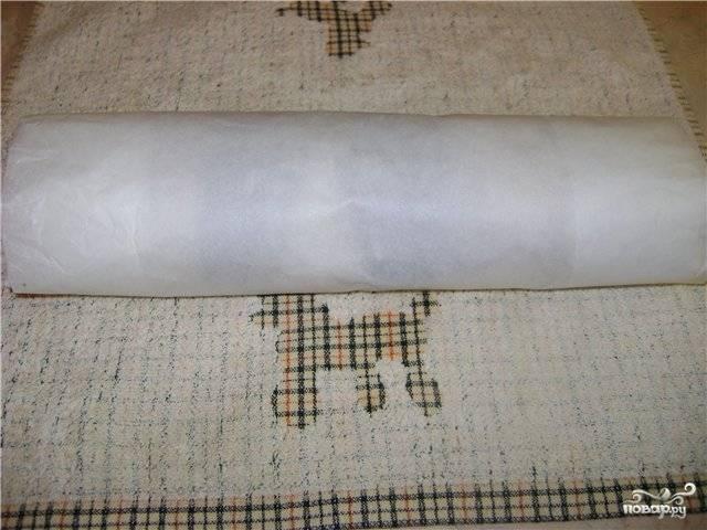Заворачиваем рулет несколькими слоями бумаги или пленки и оставляем на нижней полке холодильника примерно на 5 часов. Затем перекладываем в морозилку на сутки.