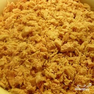Выкладываем слой курицы, солим и перчим по вкусу, смазываем майонезом.
