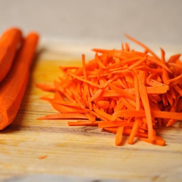 Для начала нужно помыть, почистить и нарезать морковь тонкой соломкой.