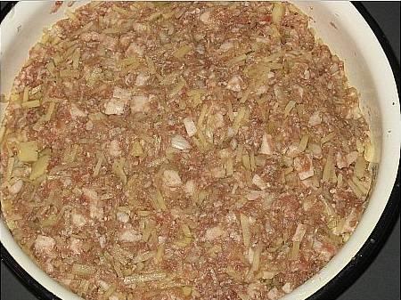 4. В традиционные манты мясо режут небольшими кубиками, но для данного упрощенного рецепта можно использовать фарш. Соединить мясо, лук, картофель и курдюк, тщательно перемешать. Посолить и поперчить по вкусу. Можно добавить специи для мяса.