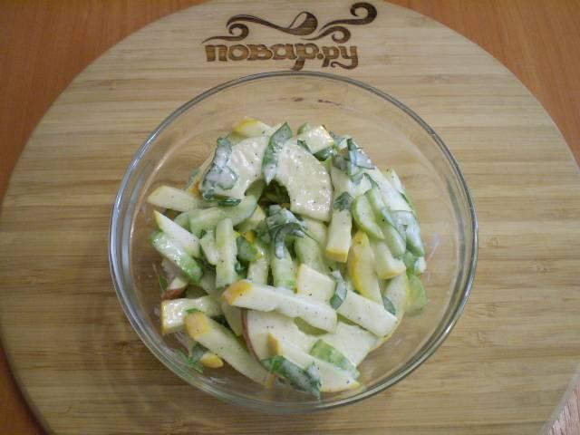 Перемешайте тщательно, салат почти готов.