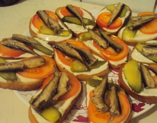 Бутерброды со шпротами и помидорами - пошаговый рецепт