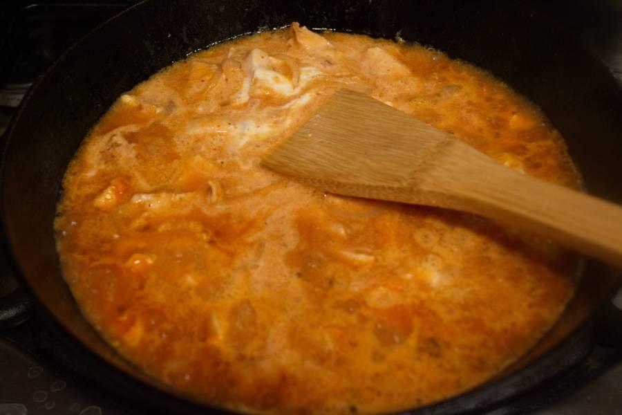 Влейте томатный соус. Добавьте сметану и немного воды. Перемешайте и доведите до кипения.