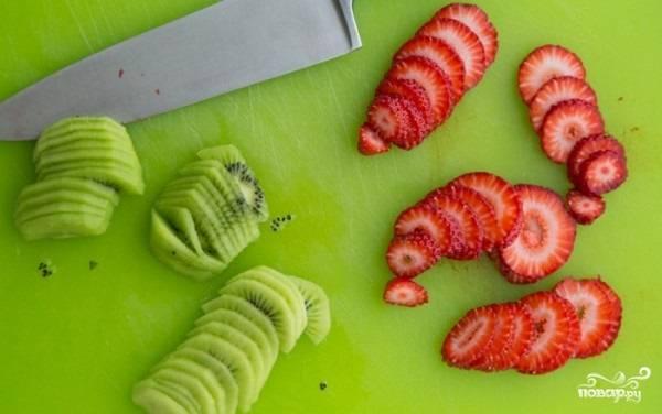 10. Вымойте, обсушите ягоды. В данном случае используются клубника и киви.