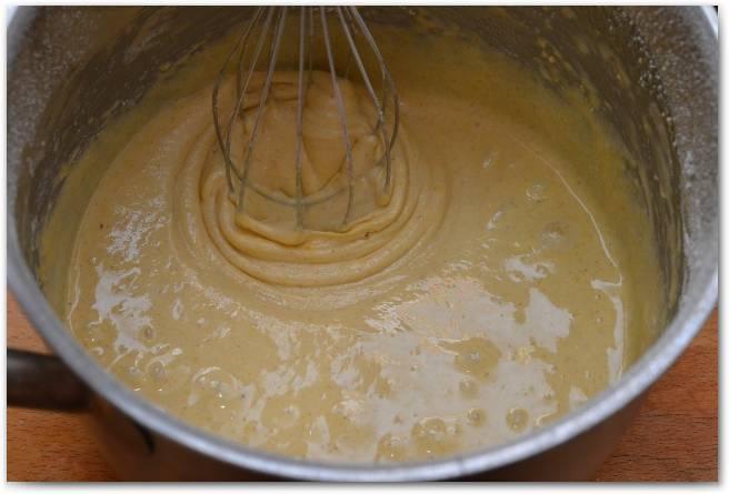 Постепенно добавляйте муку и готовьте тесто.