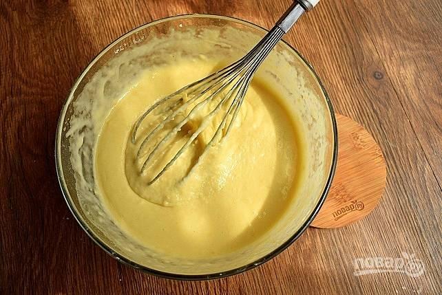 Смешайте все жидкие ингредиенты и добавьте в смесь сухих. Перемешайте с помощью венчика до однородности.