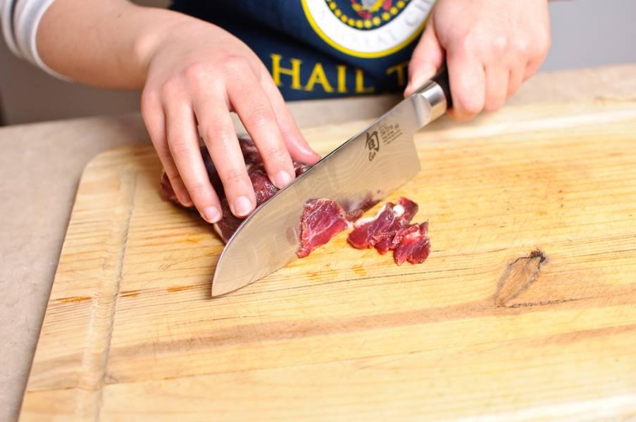 Нарезаем мясо маленькими кусочками. Так же можно использовать мясорубку, чтобы сделать фарш.