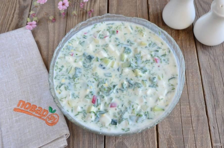 Залейте холодным кефиром овощи и зелень. Перемешайте, откорректируйте соль-перец, кислоту. Поставьте на 30 минут в холодильник. Подавайте к столу с горчицей. Приятного!