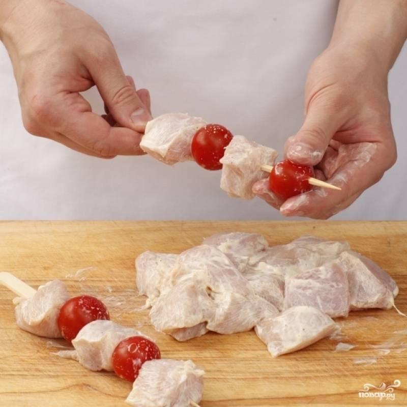 Помидоры черри моем. Куриное филе нужно промокнуть бумажным полотенцем. Нанизываем кусочки куриного филе и помидоры черри на шампуры и жарим над углями 12-15 минут, переворачивая.