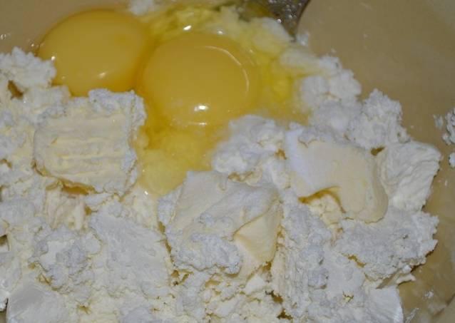 Смешиваем ингредиенты для начинки (творог, сахар, яица, муку и масло). Тщатльно разминаем массу при помощи толкушки.