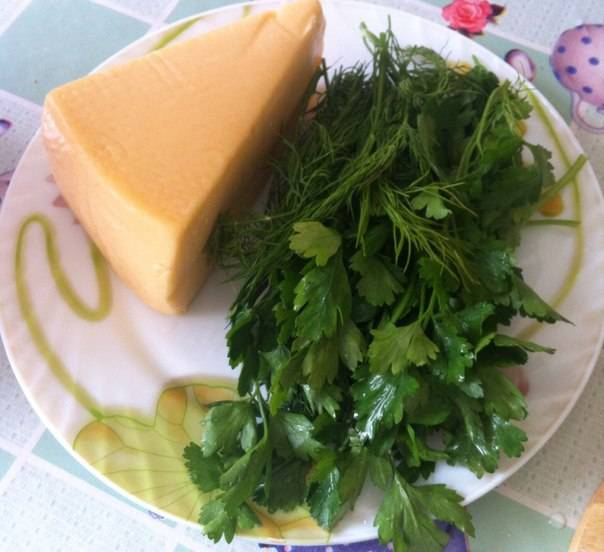 Сыр я использую твердый, можно российский или голландский. Из зелени - петрушку или укроп.