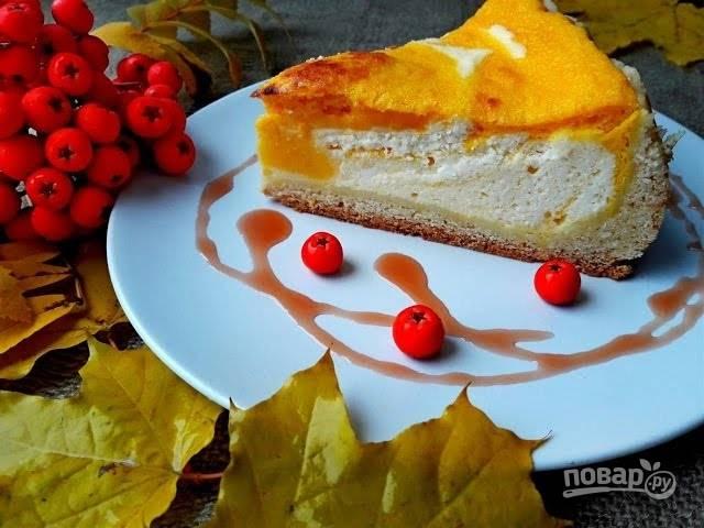 """6. Выпекайте пирог в разогретой до 180 градусов духовке 60 минут, в конце включив режим """"Гриль"""", чтобы пирог немного подрумянился. Дайте ему остыть в духовке. Приятного аппетита!"""