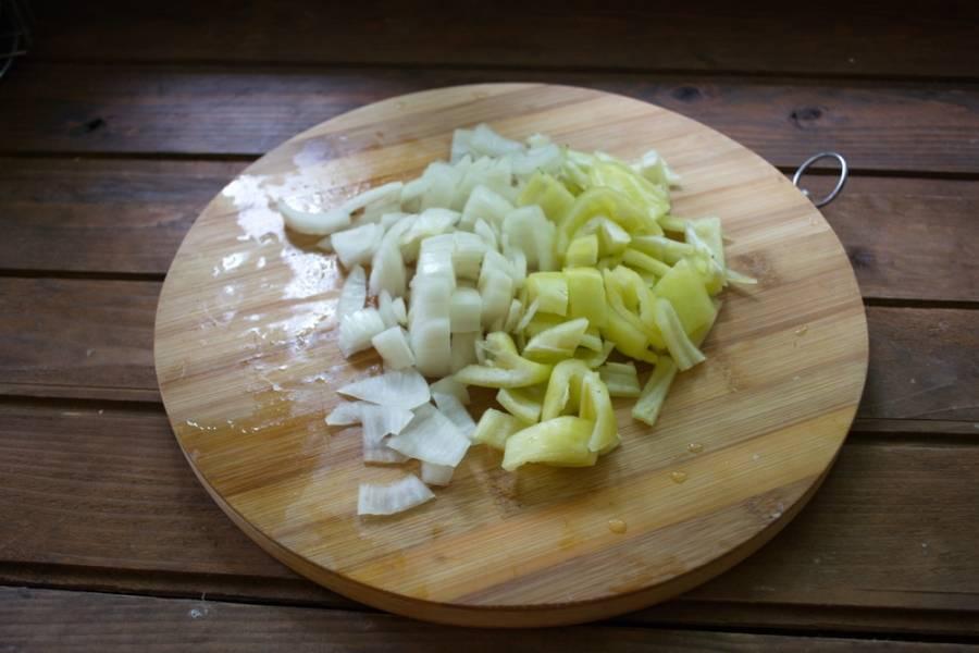 Очистите лук и болгарский перец. Нарежьте их кусочками. В процессе варки эти овощи станут мягкими, а еще мы их измельчим блендером. Поэтому особо мельчить и аккуратно нарезать кусочки нет смысла.