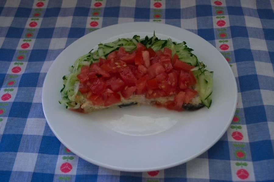 4. Мелко нарежьте помидоры кубиком. Лучше брать упругий, мясистый помидор. Он меньше дает сока и более плотный. Свежий огурец натрите на терке. Центральную часть дольки декорируйте помидором, а край - огурцом.