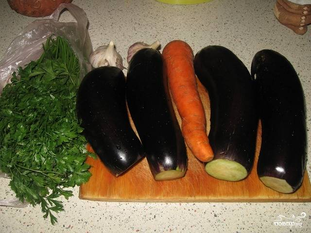 Подготовим овощи — помоем морковь и баклажаны, удалим у последних плодоножки.