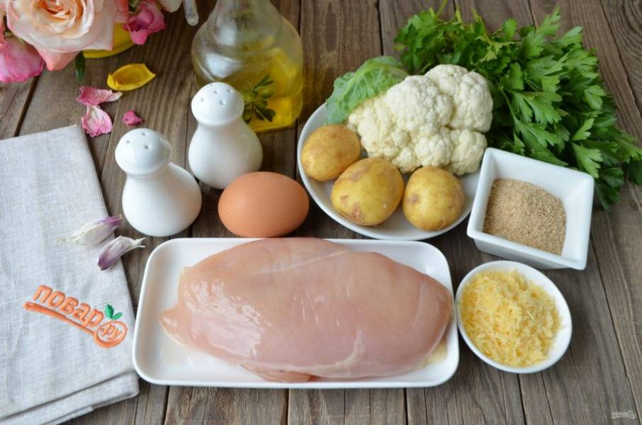 Подготовьте продукты. Куриное филе вымойте и обсушите бумажным полотенцем. Картофель можно очистить от кожуры, а можно просто тщательно со щеточкой вымыть.